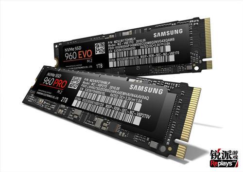2016年9月21日,三星在韩国首尔举行2016年三星存储全球峰会,在会上三星正式发布了基于NVMe协议、M.2接口的960evo以及960pro固态硬盘,旗舰版的960pro将会是目前世界最快的消费级固态硬盘。  960 PRO 和 960 EVO比之前的SSD采用了更多的技术和创新,是为寻求更小、更快存储解决方案的用户专门设计,可提供更高的带宽和更低的延迟,让他们快速处理超薄笔记本和PC上的大量数据、游戏中的所有内容和超大文件传输、4K视频渲染、数据分析等更多任务。 960 PRO 和960 EVO都